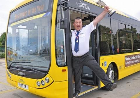 انجام حرکات موزون و خواندن آواز توسط یک راننده اتوبوس حین رانندگی همه را انگشت به دهان کرد