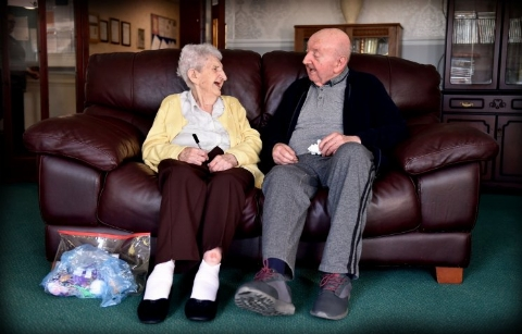 مراقبت مادر 98 ساله از پسر 80 ساله اش در خانه سالمندان +فیلم
