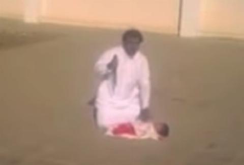 تلاش مرد عربستانی برای ذبح نوزاد 3 ماههاش! +فیلم