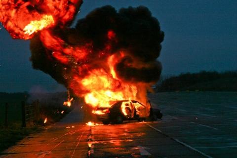 جانفشانی مرد جوان برای نجات مادرش از خودروی درحال انفجار +فیلم
