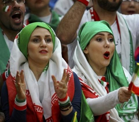 روحانی سرشناس دلواپس حضور زنان در ورزشگاه ها: آقایان به جای این حرف ها به فکر طلاق و اعتیاد زنان باشند