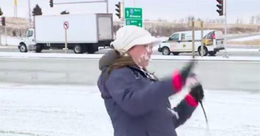 پرتاب گلوله برف به صورت خبرنگار در پخش زنده/فیلم