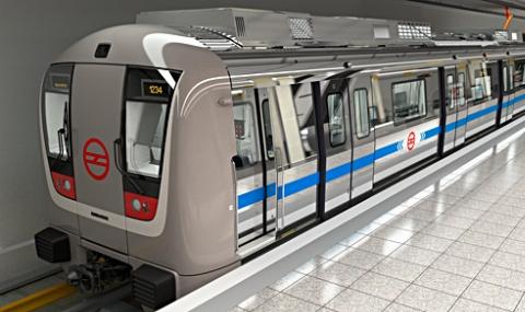 اقدام هولناک زن دیوانه برای انداختن دختر جوان زیر مترو +فیلم