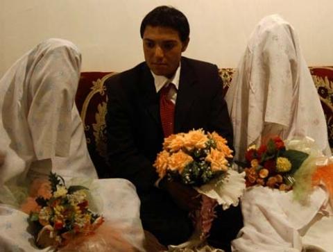 ازدواج این مرد همزمان با یک زن و دختر 18 ساله اش، کارش را به زندان کشاند