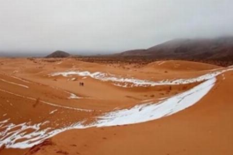 فیلم | بارش ناگهانی برف در گرمترین کویر جهان شگفتی آفرید