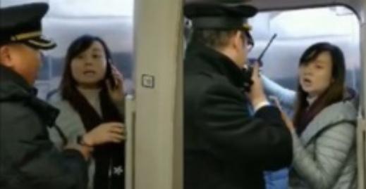 اقدام عجیب زن جوان در ایستگاه قطار سوژه رسانهها شد +فیلم