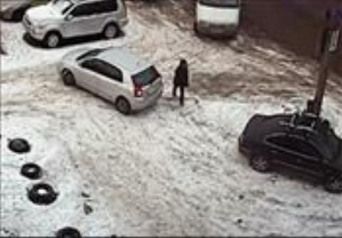 له شدن زن جوان بین دو خودرو، هنگام یخ زدگی خیابان + فیلم