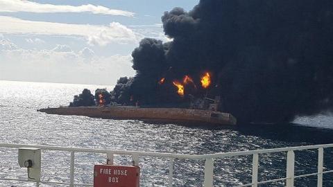 فیلم لحظه غرق شدن نفتکش ایرانی + عکس
