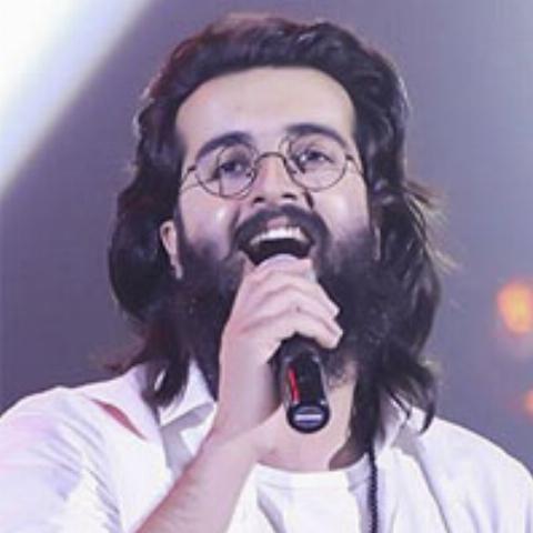 خواننده گروه هوروش بند قطعه ای کوتاه به گویش زادگاهش، خرم آباد، اجرا کرد