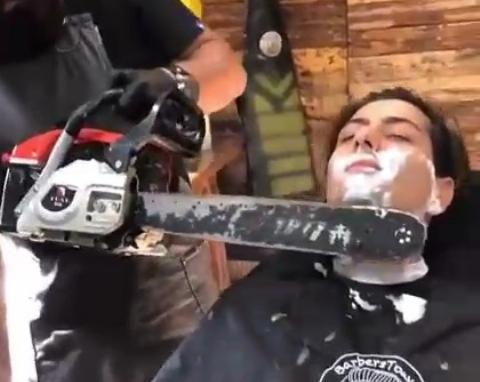 اقدام بسیار خطرناک آرایشگر جنگلی برای اصلاح صورت + فیلم