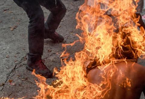 به آتش کشیده شدن یک جوان در خیابان توسط ماموران پلیس +فیلم