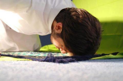 نمازگزاری که هنگام سجده در مسجد دار فانی را وداع گفت+فیلم