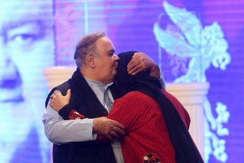 شوخی منشوری آقای بازیگر روی استیج برج میلاد/ سوپراستارهای زن، غایبین بزرگ افتتاحیه جشنواره فجر