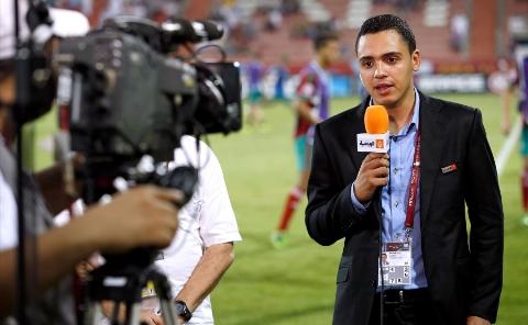 اتفاقی غیرمنتظره برای خبرنگار ورزشی در پخش زنده از زمین فوتبال+ فیلم