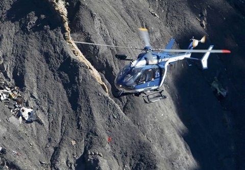 بالگردهای هلالاحمر و اورژانس هوایی در حال جستجو در ارتفاعات دنا + فیلم