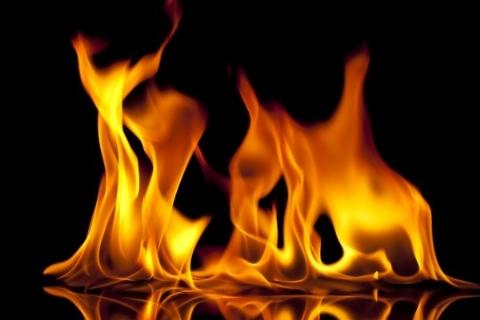 دختر جوان لباس عروسی را از چوب آویزان کرد و به آتش کشید + فیلم
