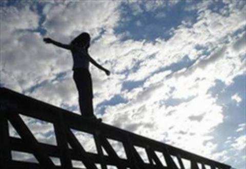 زن 35 ساله با پریدن از طبقه پنجم ساختمان به زندگی اش پایان داد+فیلم