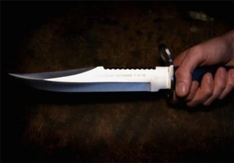 حرکت زیبای پسربچه مقابل پدرش که چاقو به دست داشت و ..! + فیلم