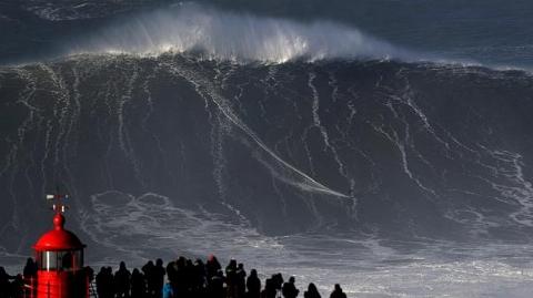 فیلم | شکست رکورد گینس با موجسواری بر موج ۳۵ متری