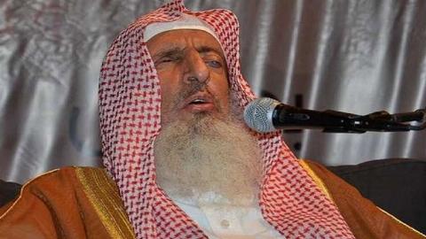 عجیب ترین اتفاق در نماز جمعه سعودی / شیخ عرب را بدجوری کتک زدند + فیلم
