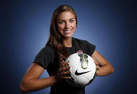 این خانم زیباترین فوتبالیست زن دنیاست/ اولین زنی که با یک تیم فوتبال مردانه قهرمان شد/ بانوی اول فوتبال دنیا کیست؟