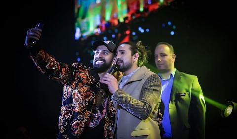 امیرعباس گلاب: کل کل بین خواننده ها فرصت فیت دادن را از بین برده است/ آرزوی مادرم بود که خواننده شوم/ گفتگو با گلاب در حاشیه کنسرت بزرگش در تهران