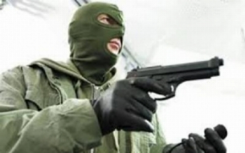 لحظه سرقت مرد مسلح بمب گذار از بانک مسکن و موسسه اعتباری در تبریز + فیلم صحنه سرقت