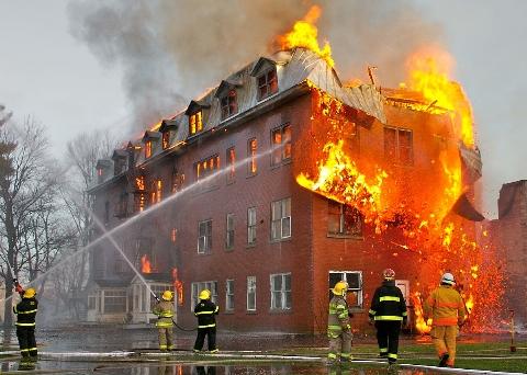 لحظه تلخ آتش سوزی یک هتل و سقوط وحستناک یک زن + فیلم