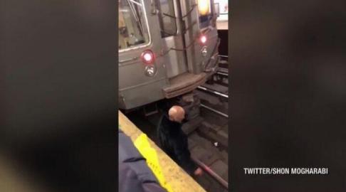 حیرت مسافران از اقدام مرد مست در ایستگاه قطار! +فیلم