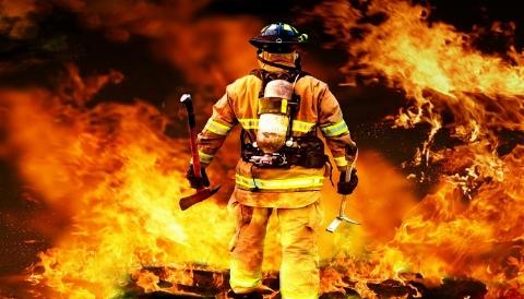 عمل تحسین برانگیز یک آتشنشان در نجات زن جوان از مرگ+ فیلم