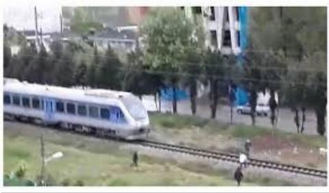 لحظه خودکشی دختر جوان در ریل قطار ساری + فیلم