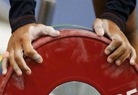 بیهوش شدن شرکتکننده مسابقات وزنهبرداری مقابل دوربین! +فیلم