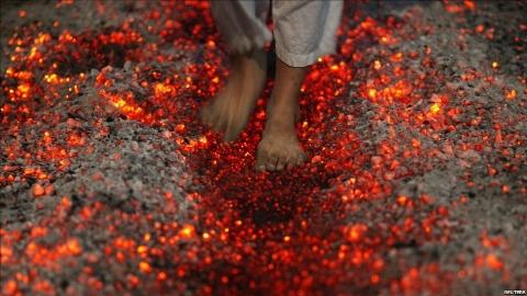 این زن بی گناه با ذغال گداخته سوخت ! + فیلم تکاندهنده