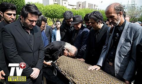 بدرقه باشکوه هنرمندان از پیکر صدای ماندگار ایران که خاموش شد/مراسم تشییع پیکر بهرام زند