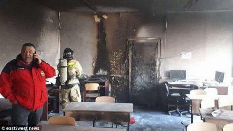 دانش آموز دبیرستانی با چاقو به معلمش حمله کرد و او را به آتش کشید + فیلم