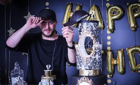 سورپرایز آقای خواننده روی استیج در شب تولدش/ ویدیو