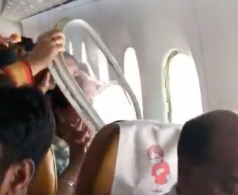 لحظات دلهره آوردر هواپیمای مسافربری هندوستان پس از جدا شدن پنجره/فیلم