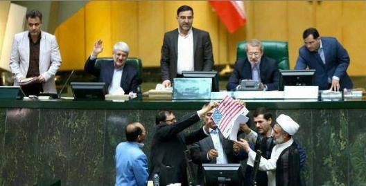 شوخی لاریجانی هنگام به آتش کشیدن پرچم آمریکا و برجام در مجلس + ویدیو