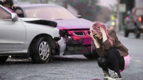 ویدیو؛ تلاش احمقانه یک زن برای تصادف با خودرو!