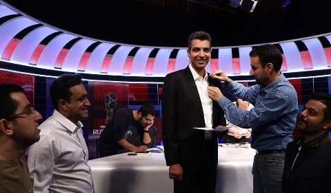 شوخی بامزه عادل فروسی پور با مهران مدیری روی آنتن زنده تلویزیون