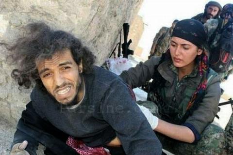 لحظه تیکه پاره کردن یک داعشی توسط زنان خشمگین