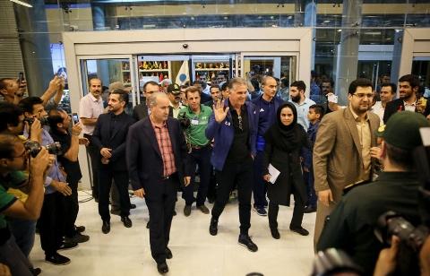 لحظه ورود تیم ملی فوتبال به ایران و استقبال بی نظیر مردم در ساعت 4 صبح