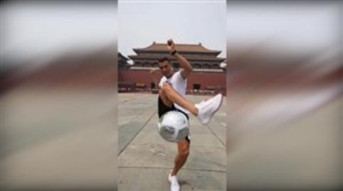 شیرین کاری های کریستیانو رونالدو در قلب شهر پکن