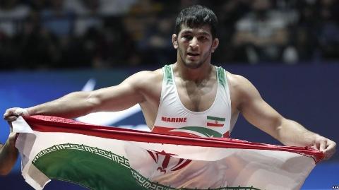 اهدای مدال طلای حسن یزدانی کشتی گیر وزن 86 کیلوگرم