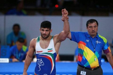 اهدای مدال طلای علیرضا کریمی کشتی گیر وزن 97 کیلوگرم