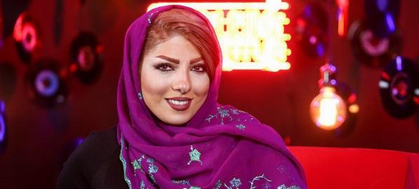 اولین دختر ایرانی که با حجاب و سازهای گرانقیمتش چشم خارجی ها را خیره کرده است  برای زدن این سازها دمبل می زنم  طرف دست چپ و راستش را نمی شناسد اما در اینستاگرام معروف است   عسل ملکزاده تنها نوازنده بین المللی دختر پرکاشن ایران