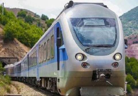 لحظات نفس گیر نجات یک مرد از روی ریل قطار