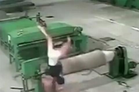 مرگ دلخراش یک کارگر لای دستگاه کارخانه (۱۶+)