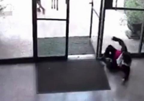 تصویر دوربین مداربسته از لحظه دزدی زن حرفه ای در بانک