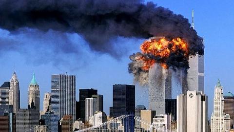 فیلمی نادر از حادثه 11 سپتامبر/ چیزی مثل شمشیر از آن بالا آمد و به برج خورد